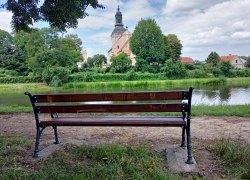 Nowe ławeczki w parku przy dworku w Koźminku