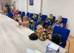 Urząd Miejski Gminy Koźminek odwiedziły dzieci z oddziału przedszkolnego Szkoły Podstawowej im. Jana Pawła II w Moskurni.